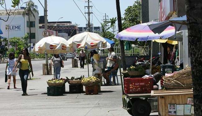 Comércio informal toma os passeios da principal via da Pituba - Foto: Joá Souza   Ag. A TARDE