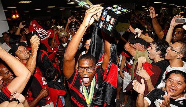Elenco do rubro-negro foi recebido pelos torcedores após a conquista do título da Copa do Brasil - Foto: LUCIO TAVORA / AG. A TARDE