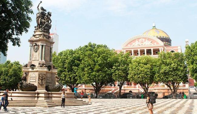 Praça São Sebastião tem o teatro atrás e um monumento à abertura dos portos amazônicos - Foto: Bruno Porciuncula   Ag. A TARDE