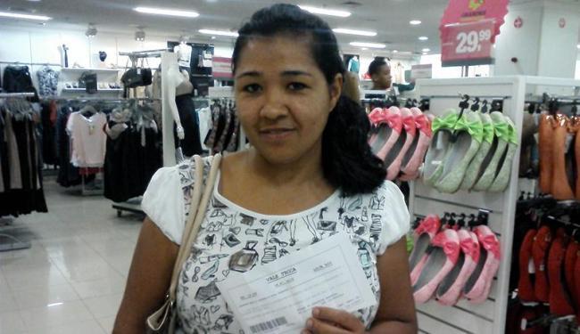 Edilene Ferreira já teve problema com troca de produtos, mas sempre utiliza o serviço - Foto: Thaís Seixas | Ag. A TARDE