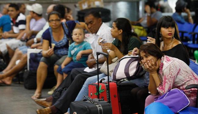 Coordenador da Agerba na Rodoviária ressalta importância da compra de passagem antecipada - Foto: Lúcio Távora   Ag. A TARDE