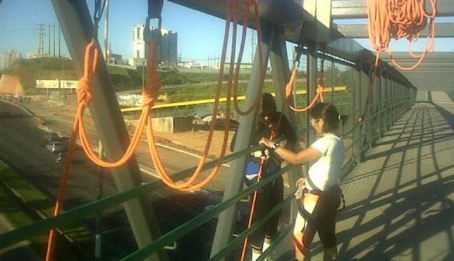 Esporte alternativo consolidado, rapel é praticado em passarelas, viadutos e paredões de Salvador - Foto: Rapel Adventures | Divulgação
