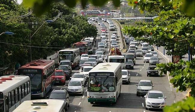 Engarrafamentos tiram a paciência do motorista soteropolitano, que precisa também aprender a ceder a - Foto: Joa Souza | Agência A TARDE