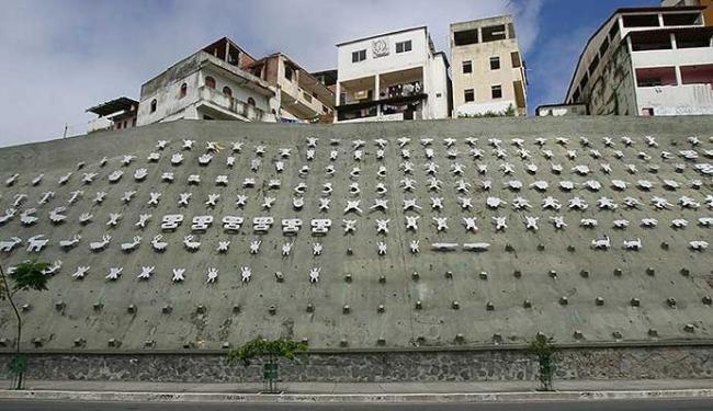 Painel Rupestre Baiano, de Siron Franco, é exemplo do descaso com o patrimônio público em Salvador - Foto: Abmael Silva | Agência A TARDE I Arquivo