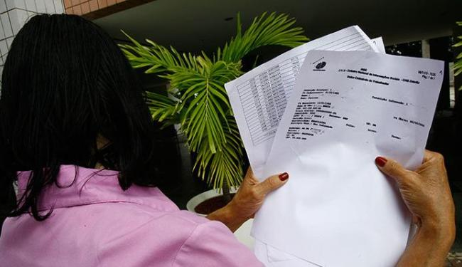 Dona Marisa denuncia e mostra o documento que a Prefeitura não pagou o INSS de 4 mil funcionários do - Foto: Margarida Neide | Ag. A TARDE