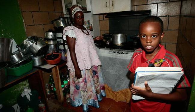 A baiana de acarajé Hilda Mendes recebe o bolsa família pelo filho Felipe Mende - Foto: Mila Cordeiro | Ag. A TARDE