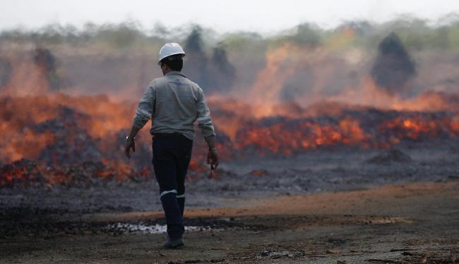 Incêndio no depósito da BSC destruiu cerca de 50 mil metros cúbicos de madeira - Foto: Raul Spinassé | Ag. A TARDE