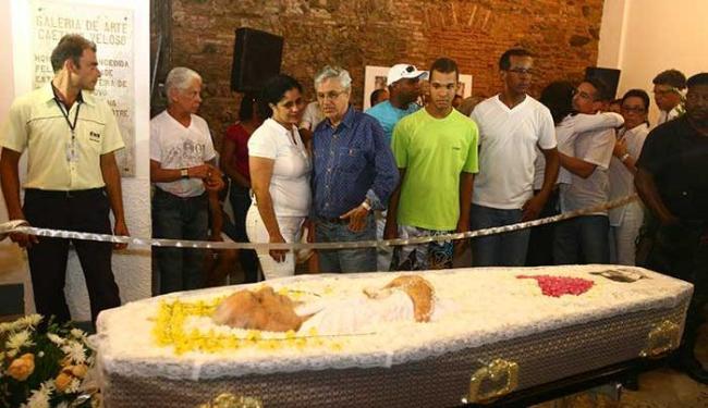 Caetano Veloso observa de longe o corpo da mãe, durante velório - Foto: Luciano da Matta | Ag. A TARDE