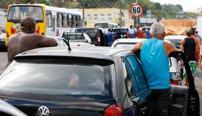 A fila de carros ultrapassou os limites do Terminal de São Joaquim - Foto: Marco Aurélio Martins | Ag. A TARDE
