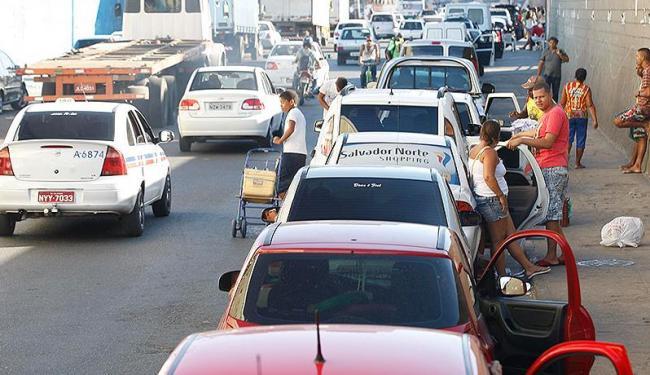 Fila se prolonga pela Avenida Engenheiro Oscar Pontes - Foto: Lúcio Távora | Ag. A TARDE