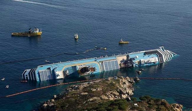 Naufrágio de navio na costa italiana marcou o ano de 2012 - Foto: Vigili del Fuoco | Divulgação | Agência Reuters