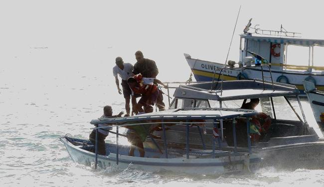 Passageiros são resgatados por marinheiros da embarcação