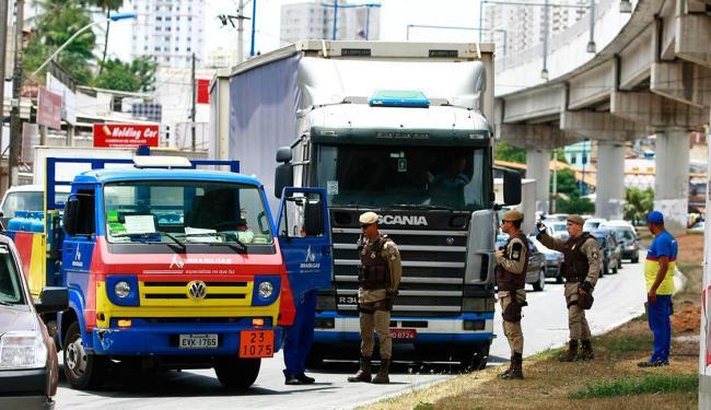 O acidente ocorreu por volta das 12 horas e o trânsito no local já foi liberado - Foto: Fernado Vivas | Ag. A TARDE