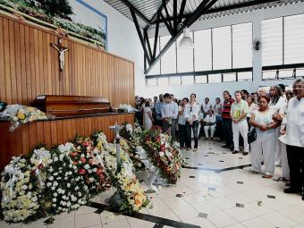 Familiares e amigos se despedem do historiador baiano Ubiratan Castro - Foto: Mila Cordeiro | Ag. A TARDE