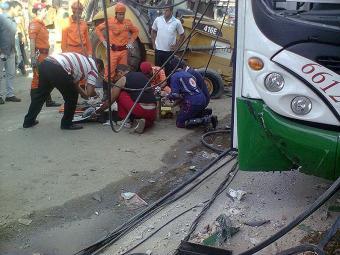 A vítima foi socorrida por uma ambulância e levada para o HGE - Foto: Jailton Marinho Lemos | Ag. A TARDE