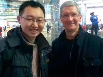 Tim Cook, à direita, posa ao lado de cliente da Apple na China - Foto: Agência Reuters