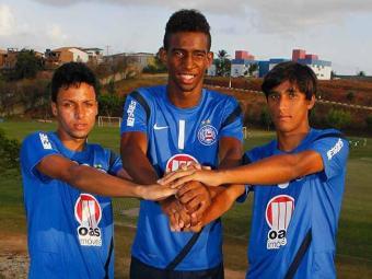 Amigos, Ítalo Melo (esquerda), Talisca e Anderson (direita) buscam crescer no profissional do Bahia - Foto: Eduardo Martins | Agência A TARDE