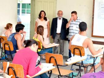 O reitor da Uneb, Lourisvado Valentim, visitou alguns locais de prova em Salvador - Foto: Divulgação | Uneb