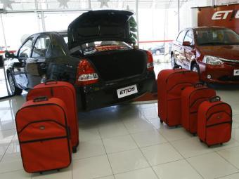 Com jeitinho, o Etios transporta cinco malas - Foto: Margarida Neide / Ag. A TARDE