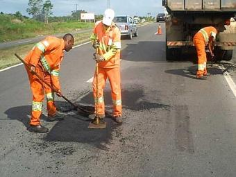 Operários farão reparos no asfalto do trecho - Foto: Divulgação | ViaBahia