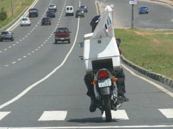 Motociclistas que fazem entregas ou transportam passageiros precisam passar por curso - Foto: Carlos Casaes | Arquivo | Ag. A TARDE