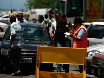 Ação proibiu estacionamento duplo nas ruas Miguel Calmon e da Grécia - Foto: Raul Spinassé | Ag. A TARDE