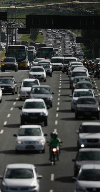 Horário de pico causa lentidão no trânsito de Salvador - Foto: Raul Spinassé | Ag. A TARDE
