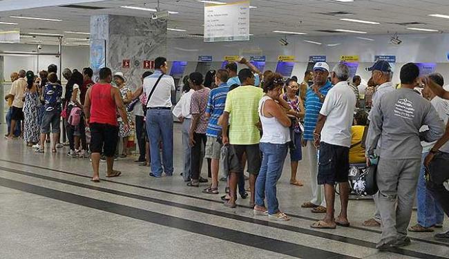 Fila na agência do BB do Comércio nesta quarta - Foto: Eduardo Martins   Agência A TARDE