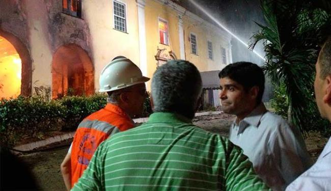 Prefeito ACM Neto foi ao local acompanhar o trabalho dos bombeiros - Foto: Lucas Cunha | Ag. A TARDE
