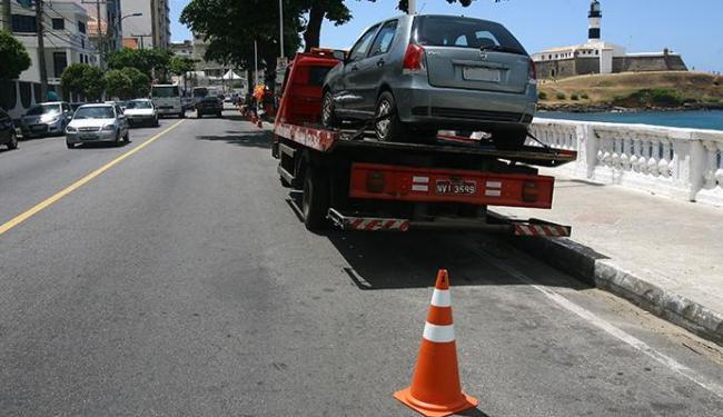 No primeiro dia de proibição, carros foram guinchados pela Transalvador - Foto: Luciano da Matta | Ag. A TARDE