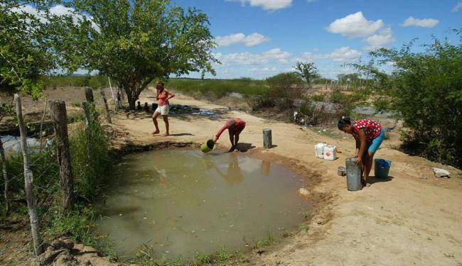 Mulheres usam água para lavar e beber em poço improvisado - Foto: Fernando Vivas   Arquivo   Ag. A TARDE