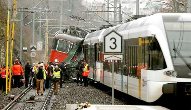 A cabine de um dos trens ficou totalmente destruida - Foto: Agência France Press