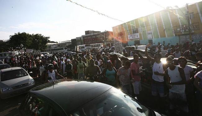 Na Ribeira, pessoas se aglomeram na via e disputam a potência do som dos carros - Foto: Lunaé Parracho | Arquivo | Ag. A TARDE