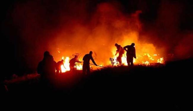 Fogo que já destruiu cerca de 500 hectares ameaça povoados e cidades - Foto: Foto do Leitor | Peu Ribeiro