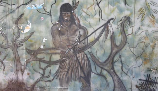 Pintura no Largo Guarani, centro do bairro, revela a homenagem dos moradores aos povos indígenas - Foto: Marco Aurélio Martins | Ag. A TARDE