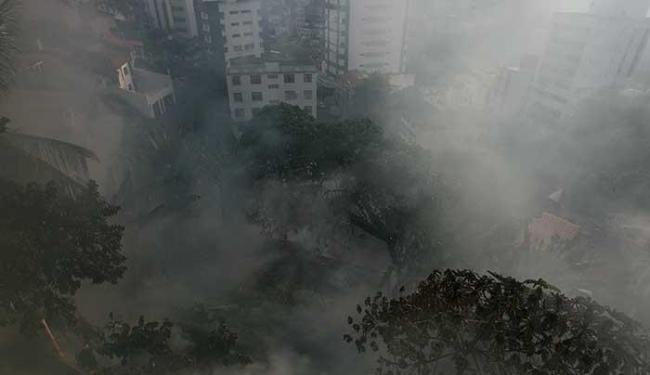 Baixa umidade do ar e altas temperaturas têm facilitado o fogo em vegetação - Foto: Mila Cordeiro   Ag. A TARDE