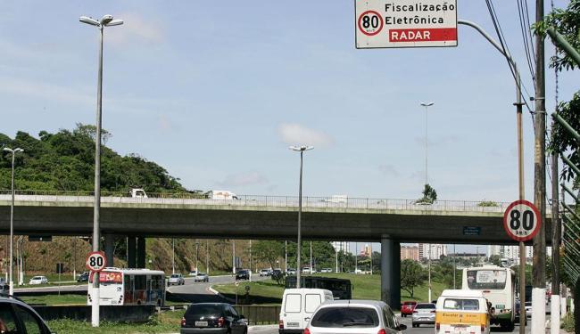 Placa na Av. Paralela indica fiscalização eletrônica; monitoramento não acontece há quase 90 dias - Foto: Mila Cordeiro | Ag. A TARDE