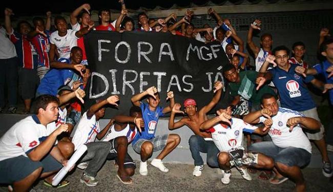Cerca de 50 torcedores protestaram em frente à sede de praia do Bahia - Foto: Fernando Amorim | Ag. A TARDE