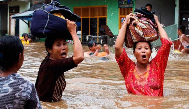 As inundações são as piores a atingir a capital desde 2007, quando cerca de 50 pessoas morreram - Foto: Agência Reuters