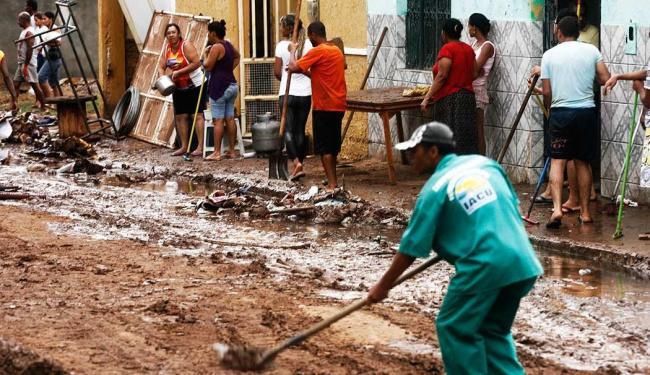 Lama invadiu casas e moradores ficaram desabrigados - Foto: Luiz Tito | Agência A Tarde