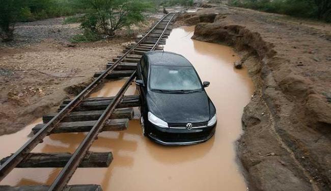 Carro foi arrastado da pista uns 20 Km até a via férrea - Foto: Luiz Tito | Ag. A TARDE