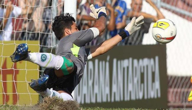 O goleiro Paulo Henrique, do Goiás, pegou quatro das cinco cobranças do Bahia. Última foi na trave - Foto: MARCOS BEZERRA/ESTADÃO CONTEÚDO