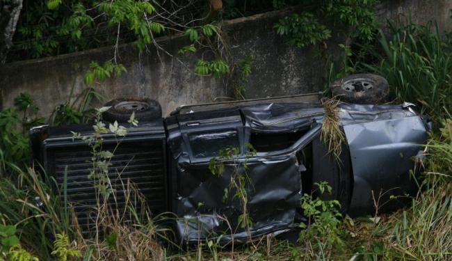 Caminhonete que transportava tenente ficou completamente destruída após o capotamento - Foto: Marco Aurélio Martins | Ag. A TARDE
