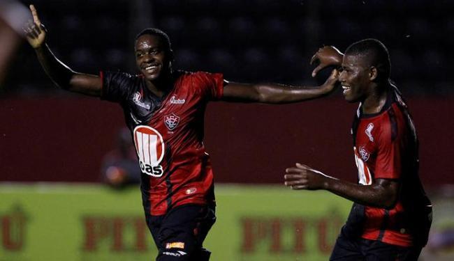 Nicácio (à esquerda) marcou dois gols no triunfo que deixa o Leão na liderança isolada do grupo C - Foto: Eduardo Martins   Ag. A Tarde