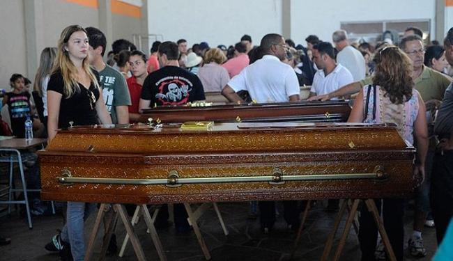 Parentes e amigos se despedem das vítimas do incêndio da boate Kiss em velório coletivo - Foto: Ag. Brasil