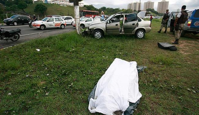 Carro se chocou contra um poste, causando a morte de um passageiro - Foto: Raul Spinassé | Ag. A TARDE