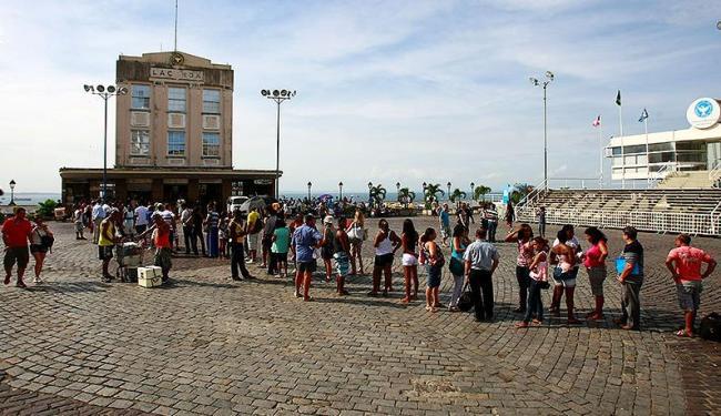 Funcionando com apenas uma cabine, as filas do Elevador se tornavam frequentes - Foto: Fernando Vivas   Ag. A TARDE