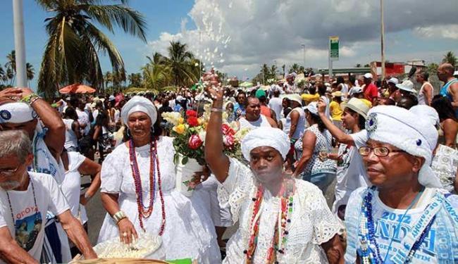 Cortejo sai da praia de Placaford em direção ao templo - Foto: Marco Aurélio Martins | Ag. A TARDE