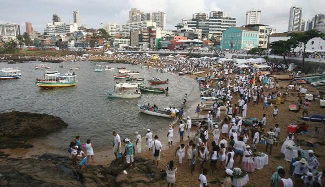 Com a Festa de Iemanjá, no Rio Vermelho, alguns serviços terão horários alterados - Foto: Raul Spinassé | Ag. A TARDE