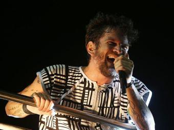 Saulo Fernandes convidou Luiz Caldas, um dos pais da axé music, para cantar - Foto: Raul Spinassé | Ag. A TARDE